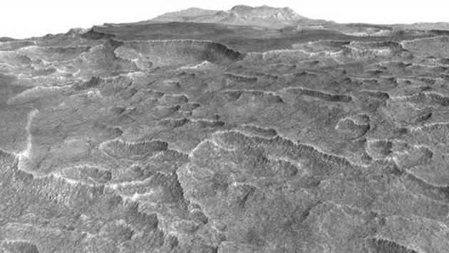 Die schollenförmigen Vertiefungen sind typisch für Eis unter der Oberfläche. (Bild: NASA/JPL-Caltech/University of Arizona)