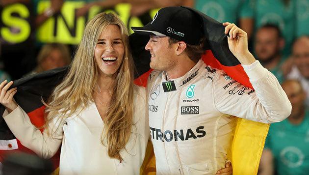 Hübsch sind sie! Weltmeister Nico Rosberg und seine Frau Vivian strahlen um die Wette. (Bild: APA/AFP/KARIM SAHIB)