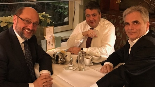 Martin Schulz, Sigmar Gabriel und Werner Faymann (v.l.) am Montagabend im Café Landtmann (Bild: Kronen Zeitung)