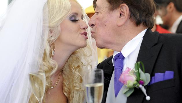 Cathy und Richard Lugner bei der Hochzeit im September 2012 (Bild: APA/HERBERT NEUBAUER)