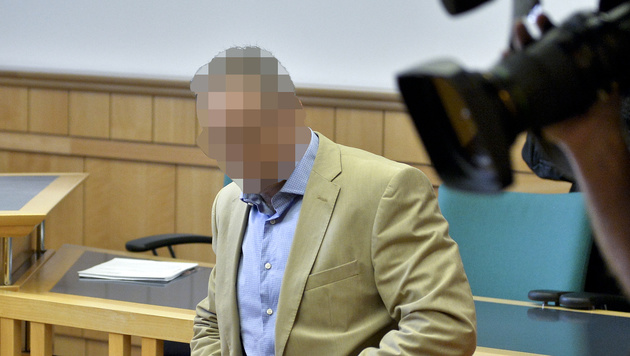 Der angeklagte Wiener Ex-Polizist im Wiener Straflandesgericht (Bild: APA/HERBERT NEUBAUER)
