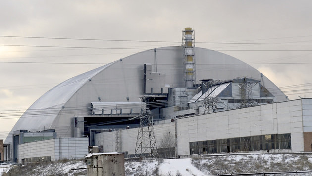 Tschernobyl: Schutzhülle über Atomruine geschoben (Bild: APA/AFP/Sergei Supinsky)