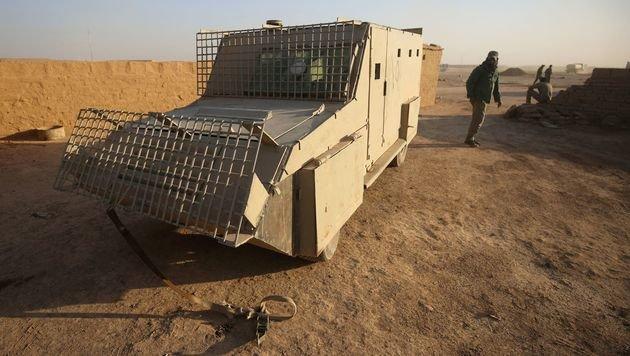 Schiitische Kämpfer beim gepanzerten Fahrzeug eines Selbstmordattentäters (Bild: APA/AFP/AHMAD AL-RUBAYE)