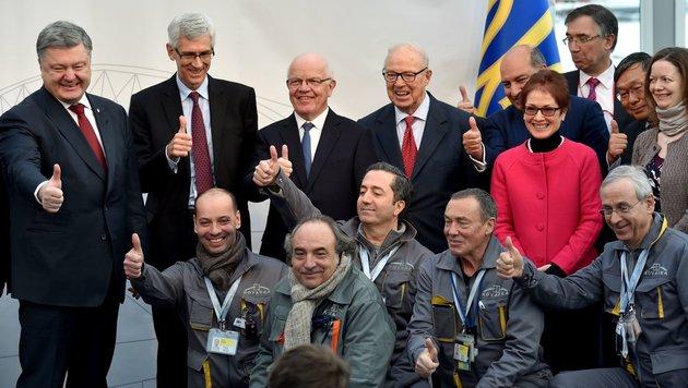 Ministerpräsident Poroschenko (links) mit Arbeitern (Bild: APA/AFP/Sergei Supinsky)