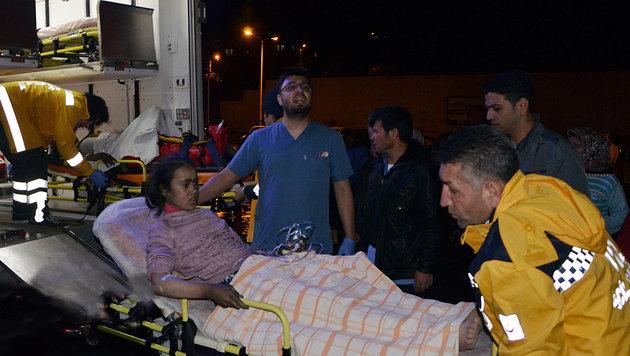 Eines der verletzten Mädchen beim Abtransport (Bild: ASSOCIATED PRESS)
