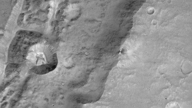 Das Bild eines Kraters mit 1,4 km Durchmesser (li.) auf dem Rand eines noch viel grösseren Kraters (Bild: ESA/Roscosmos/ExoMars/CaSSIS/UniBE)