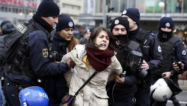 Hier nimmt die Polizei eine Demonstrantin fest. (Bild: ASSOCIATED PRESS)