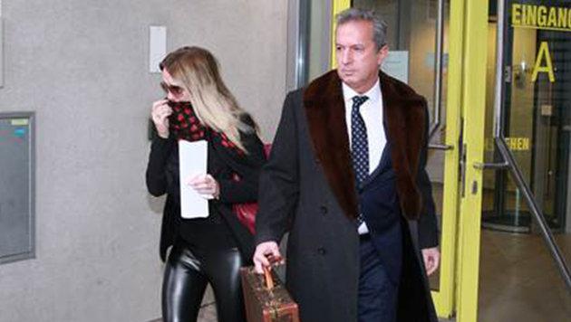 Cathy verlässt mit ihrem Anwalt nach der Scheidung das Bezirksgericht. (Bild: Kronen Zeitung)