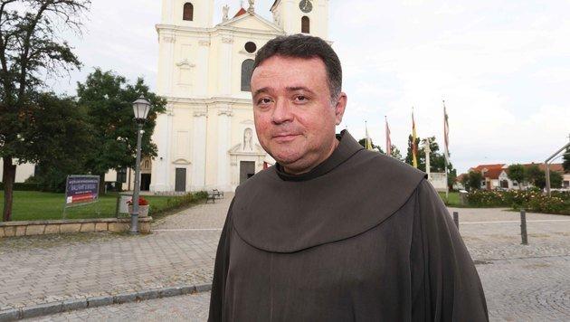 Pater Thomas will dem Feuerteufel in Frauenkirchen das Handwerk legen. (Bild: Reinhard Judt)