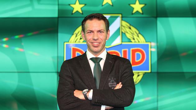 Hat gut lachen: Rapid-Geschäftsführer Peschek präsentiert den nächsten Teampartner. (Bild: GEPA)