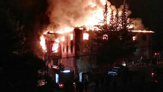 Türkei: Zwölf Tote bei Brand in Mädcheninternat (Bild: APA/AFP/DOGAN NEWS AGENCY)