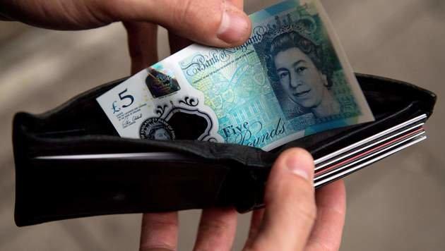 Die neuen Fünf-Pfund-Banknoten sollen sauberer, sicherer und langlebiger sein, so die Zentralbank. (Bild: APA/AFP/JUSTIN TALLIS)