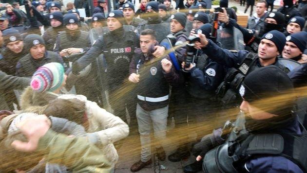 Pfefferspray-Einsatz gegen die Demonstranten (Bild: APA/AFP/ADEM ALTAN)