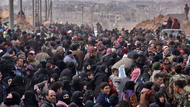 Massenflucht aus Aleppo (Bild: APA/AFP/GEORGE OURFALIAN)