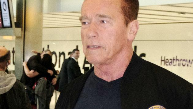 Arnold Schwarzenegger am 29.11.2016 nach seinem Flug von Los Angeles nach London in Heathrow (Bild: Viennareport)