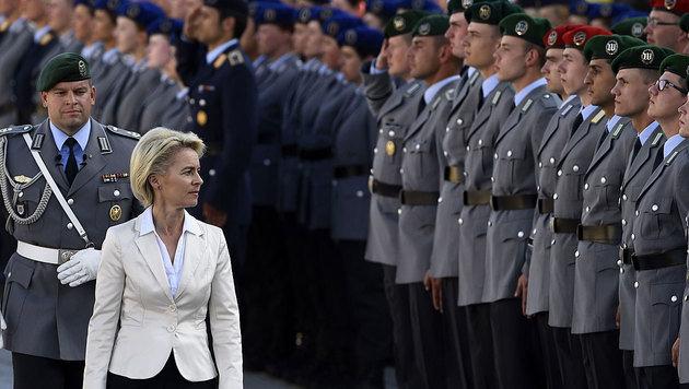 Verteidigungsministerin Ursula von der Leyen bei einer Angelobung von Soldaten (Bild: AFP)