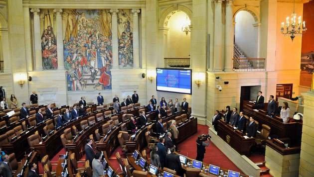 Die Abstimmung über den Friedensvertrag im kolumbianischen Kongress (Bild: APA/AFP/GUILLERMO LEGARIA)
