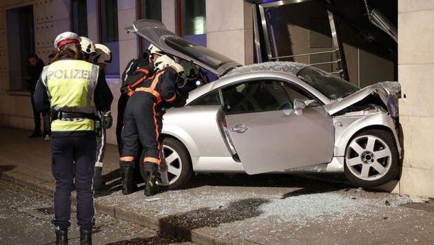 Die Berufsfeuerwehr barg das Wrack des Autolenkers in der Sterneckstraße. (Bild: Markus Tschepp)