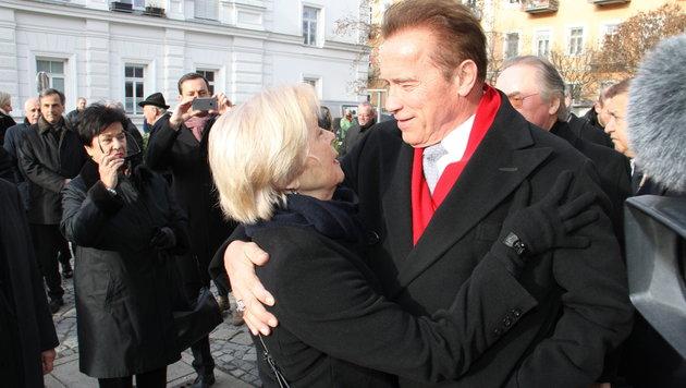 Arnold Schwarzenegger spendet Alfred Gerstls Witwe Heidi Trost. (Bild: Christian Jauschowetz, Kronen Zeitung)