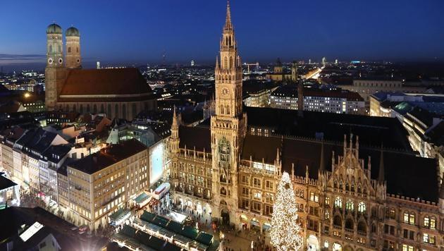Blick auf den adventlichen Marienplatz mit dem Münchner Rathaus Ende November 2016 (Bild: obs/München Tourismus/Siggi Müller)