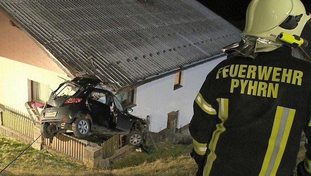 Auto stürzt auf Einfamilienhaus - 20-Jähriger tot (Bild: BFV Liezen/Schlüßlmayr)