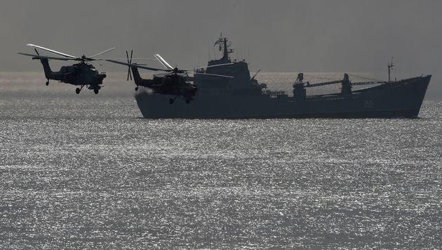 Ein russisches Kriegsschiff und Militärhubschrauber bei einer Übung im September (Bild: APA/AFP/VASILY MAXIMOV)