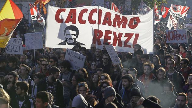 """""""Weg mit Renzi"""": Gegner des Premiers gehen auf die Straße. (Bild: AP)"""