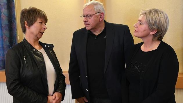 Schulpsychologin Andrea Richter (li.) mit Hell und Riedler bei der Pressekonferenz in Böheimkirchen (Bild: APA/HELMUT FOHRINGER)
