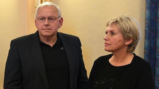 Bürgermeister Johann Hell und VS-Direktorin Silvia Riedler sind tief betroffen. (Bild: APA/HELMUT FOHRINGER)