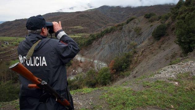 Ein albanischer Grenzpolizist bei der Arbeit (Bild: APA/AFP/GENT SHKULLAKU)