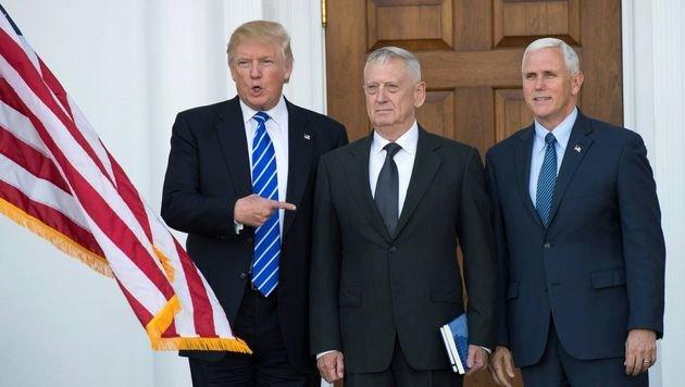"""Donald Trump mit seinem Verteidigungsminister James """"Mad Dog"""" Mattis und Vizepräsident Mike Pence (Bild: APA/AFP/DON EMMERT)"""