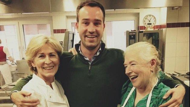 Immer wieder gerne zu Hause in trauten Umgebung: Stefan Schnöll mit Mama Walburga, Oma Burgi Berger (Bild: www.facebook.com)