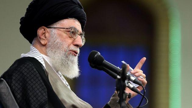 "Ayatollah Ali Khamenei sieht in der US-Maßnahme einen ""klaren Verstoß"" gegen das Atomabkommen. (Bild: APA/AFP/KHAMENEI.IR/HO)"
