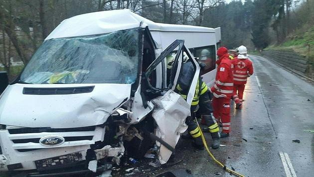 Der schwer ramponierte Kleinbus (Bild: APA/PRESSESTELLE BFK UU/MEISINGER)