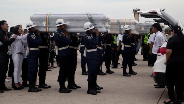 Kolumbianer erwiesen Absturzopfern die letzte Ehre (Bild: AP)