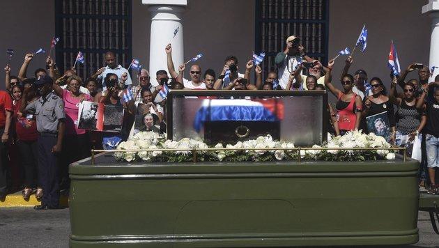 Castros Urne traf in Santiago de Cuba ein (Bild: AFP)
