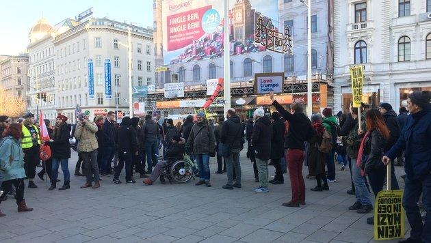 Demonstranten während einer Kundgebung gegen FPÖ-Mann Norbert Hofer in der Wiener Innenstadt (Bild: Andre Wanne)
