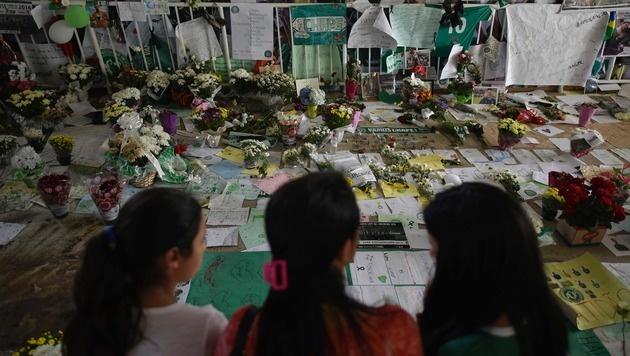 Kolumbianer erwiesen Absturzopfern die letzte Ehre (Bild: APA/AFP/DOUGLAS MAGNO)