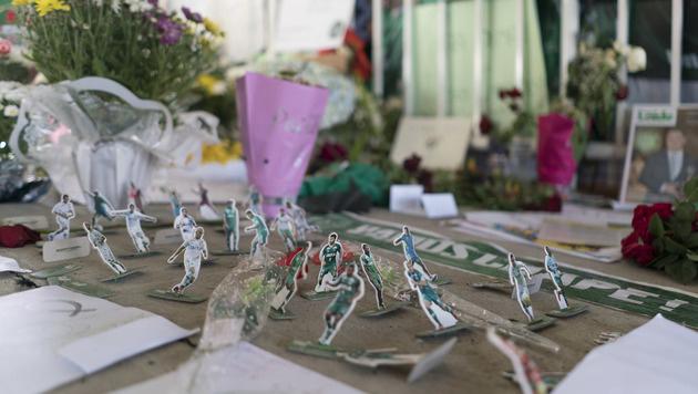 Vor dem Stadion legten trauernde Fans Blumen und Briefe nieder. (Bild: AP)