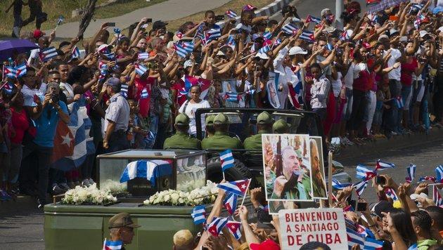 Castros Urne traf in Santiago de Cuba ein (Bild: AP)