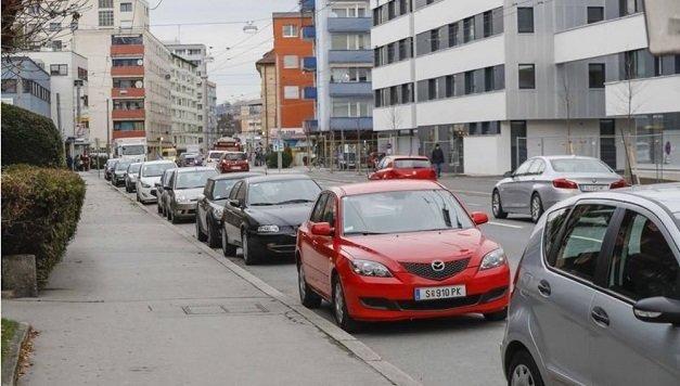 In der Rudolf-Biebl-Straße wird eine neue Busspur kommen. Die Parkplätze werden gestrichen. (Bild: Markus Tschepp)