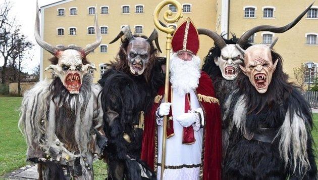 Vier grimmige Maxglaner: Alex, Ernst, Riko und Lukas mit Gerhard Krieger,der den Nikolaus gibt. (Bild: Wolfgang Weber)