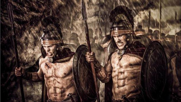 Die Walser Ringer um Hrustanovic (re.) benötigen einen echten Kraftakt, um noch Meister zu werden! (Bild: bildsymphonie.com)