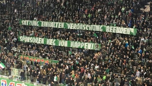 Wütende Fan-Spruchbänder bei Rapids 1:0-Sieg (Bild: sportkrone.at)