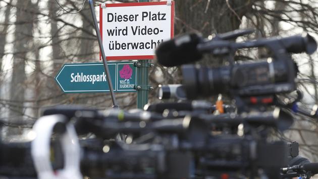 Kameras vor dem Wahllokal in Pinkafeld (Bild: APA/ERWIN SCHERIAU)
