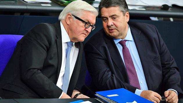 Das SPD-Duo Steinmeier (li.) und Gabriel (Bild: APA/AFP/TOBIAS SCHWARZ)