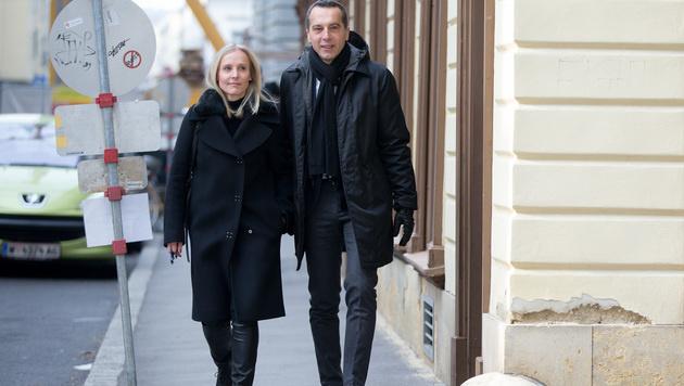 Bundeskanzler Christian Kern und seine Frau Eveline Steinberger-Kern auf dem Weg zum Wahllokal (Bild: APA/GEORG HOCHMUTH)