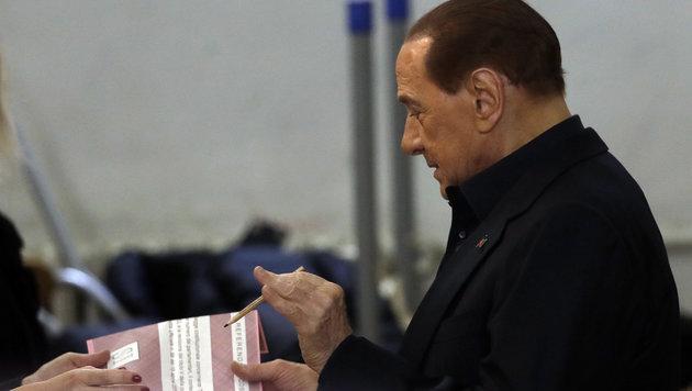 Auch Ex-Premier Silvio Berlusconi beteiligte sich am Referendum. Ob sein Bleistift auch defekt war? (Bild: AP)