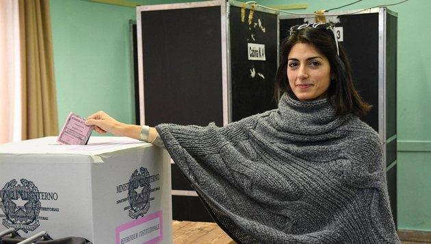 Roms Bürgermeisterin Virginia Raggi bei der Stimmabgabe (Bild: ANSA)