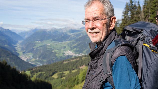 Alexander Van der Bellen wanderte während des Hofburg-Wahlkampfs. (Bild: APA/AMÉLIE CHAPALAIN)